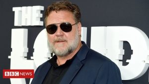 Russell Crowe sends fires climate message to Golden Globes